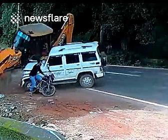 【事故】コントロールを失った重機が停車しているバイクライダーに突っ込むが…