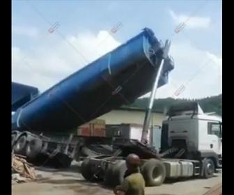 【閲覧注意】トレーラーが荷台を上げて荷下ろしをするが荷台が倒れてしまい…