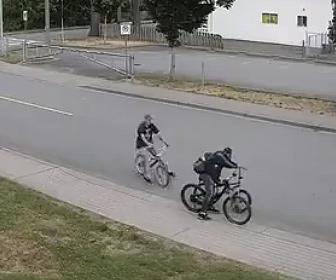【衝撃】自転車泥棒を追いかけ、追いついた男性が衝撃の行動