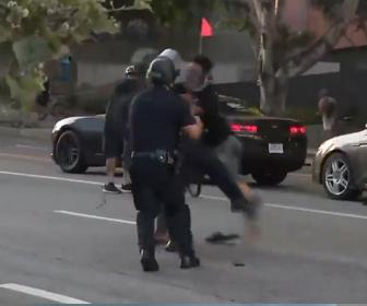 【衝撃】抗議デモで警察官に男がフライングタックス、警察官を吹き飛ばす衝撃映像