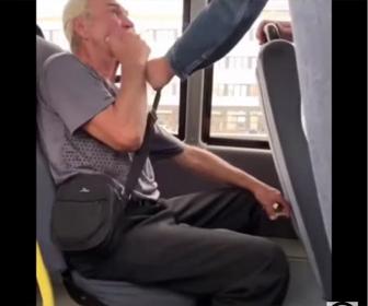 【衝撃】バス車内でタバコを吸うおじいさんがバスから放り出される衝撃映像