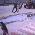 【衝撃】ワイヤーがバイクに引っ掛かり、張ったワイヤーで男性が飛ばされ…