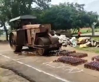 【衝撃】違法に作られた酒を道に並べ、警察がロードローラーで潰しまくる衝撃映像