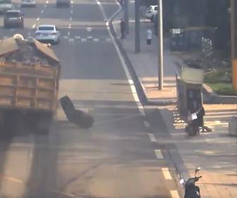 【衝撃】道を走る大型トラックのタイヤが外れ歩道を歩く女性に直撃してしまう衝撃映像