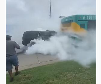 【衝撃】SUV車が暴走しバスに突っ込む衝撃映像