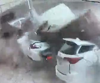 【衝撃】建物の壁が崩れ、下に止めてあった車が潰されてしまう衝撃映像