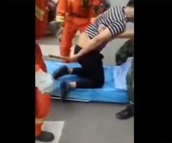【衝撃】お尻に長い鉄パイプが刺さってしまった男性が救急車に運ばれる衝撃映像