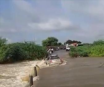 【衝撃】洪水で濁流が流れる道を車が渡ろうとするが流されてしまう衝撃映像