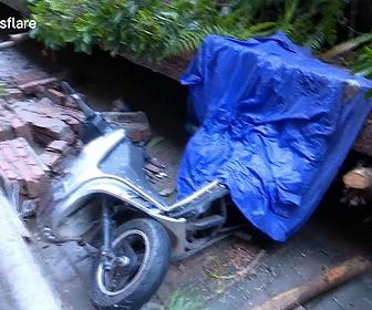 【衝撃】歩道の壁が崩れバイクに乗っていた女性が必死に逃げる衝撃映像