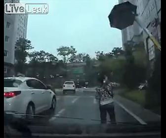【衝撃】ゲートバーが上がり、女性がさしていた傘が持っていかれてしまう衝撃映像