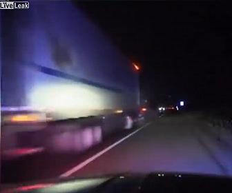 【衝撃事故】高速道路で警察に止められた車が後続の大型トラックに突っ込まれてしまう衝撃事故映像