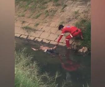 【衝撃】救急隊が川で溺死した男性を引き上げようとするが…