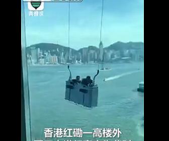 【衝撃】高層ビルで清掃用のゴンドラが強風で激しく揺れビルに叩きつけられる衝撃映像
