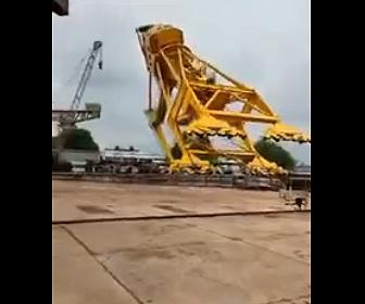 【衝撃】テスト中の巨大クレーンが倒れてしまう衝撃映像
