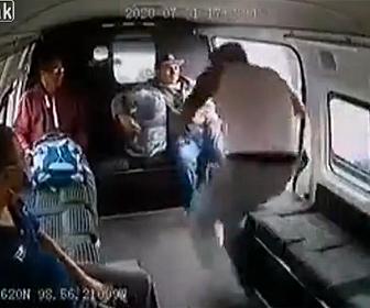 【衝撃】強盗がバスを襲うが運転手が急発進させ強盗がバスから降りられず…
