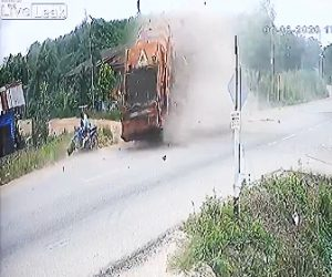【事故】カーブでスピードを出し過ぎたトラックが横転しながらバイクに突っ込む衝撃事故映像