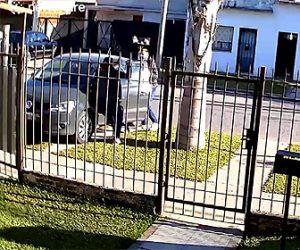 【衝撃】女性が車に乗ろうとした瞬間、武装強盗に襲われ子供が乗ったいる車を奪われてしまう衝撃映像
