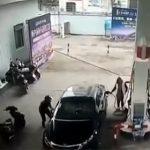 【衝撃】ガソリンスタンドで女性が給油中、泥棒が車から財布を奪いバイクで逃走するが…