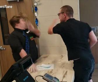 【衝撃】バーガーキングでチキンナゲットが辛いと激怒し店員に強烈なビンタをする男