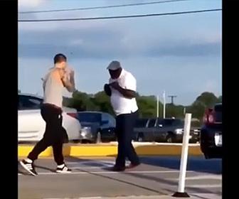 【喧嘩】白人VS黒人 若い白人と黒人おじさんが殴り合い。強烈な一撃でノックアウト。