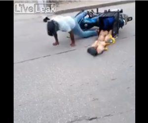【事故】少年が乗るスケボーが壁に激突し道に跳ね返り、バイクが乗り上げ転倒。