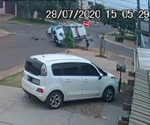 【事故】交差点で猛スピードの警察車両に横から車が激突し横転。歩行者に突っ込む衝撃映像