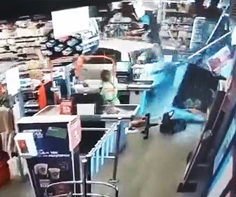 【事故】おばあさんが運転する車がスーパーマーケットに突っ込んでくる衝撃映像