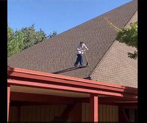 【衝撃】少年が屋根の上からキックスケーターで滑り降りるが…衝撃映像