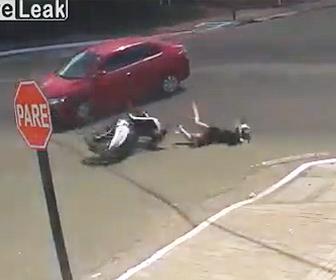 【事故】交差点で猛スピードのバイクと車が激突。飛ばされたライダーが…