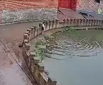 【衝撃】少女が足を滑らせ池に落下し溺れてしまい、助けようとした少女も溺れてしまう衝撃映像