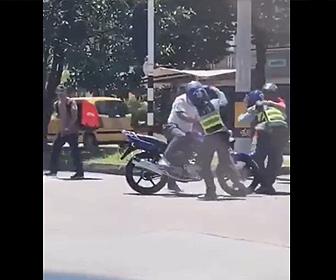 【衝撃】泥棒2人がバイクで逃げようとするが警察官が必死に捕まえようとし…