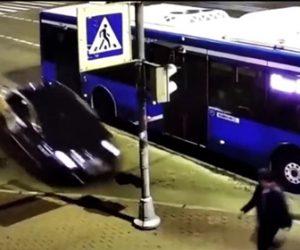 【事故】バスから降りた男性に猛スピードの車が迫るが車は信号機に激突し…
