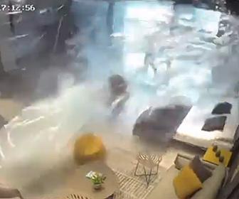 【衝撃】ベイルートの大爆発。家具店の女性店員が吹き飛ばされる映像がヤバい
