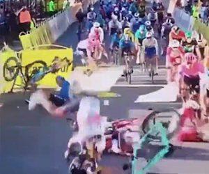 【衝撃】ロードレースで大クラッシュ。進路を塞がれフェンスに激突してしまい…