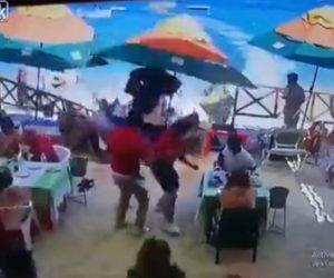 【衝撃】猛スピードのジェットスキーがビーチサイドの飲食店に突っ込む衝撃映像