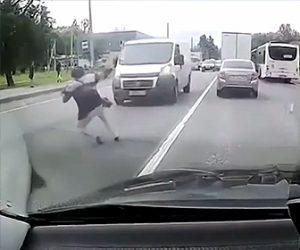【衝撃】おばあさんが交通量の多い車道を渡ろうとするが猛スピードの車が…