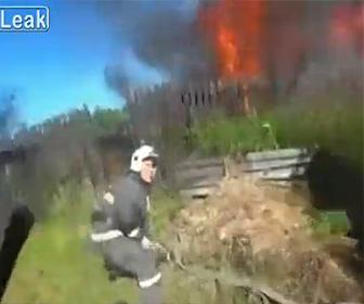 【火災】建物が燃え消防士が燃え尽きた建物から男性を救出する衝撃映像