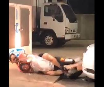 【喧嘩】コンビニの駐車場で男2人が喧嘩。バックを取り絞め落とす衝撃映像