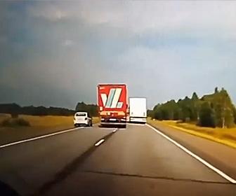 【衝撃】前のトラックを追い越そうとした車が対向車線にはみ出すが…衝撃事故映像