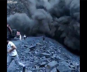【衝撃】道路工事中、大規模な地滑りが発生し作業員が必死逃げる衝撃映像