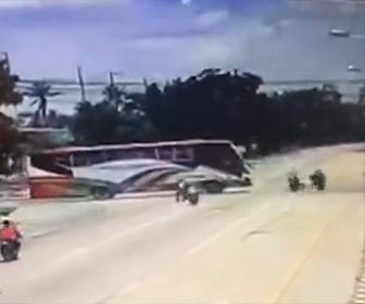 【事故】バスを牽引するロープに猛スピードのバイク3台が突っ込んでしまう衝撃映像