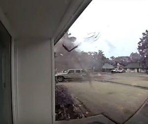 【衝撃】近くの木に落雷が落ち木片が吹き飛んでくる衝撃映像