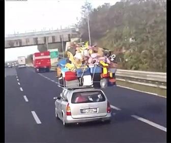 【衝撃】乗用車の屋根の上に大量の荷物を積んで走る衝撃映像