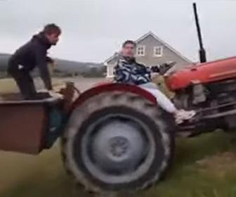 【衝撃】トラクターが坂道を猛スピードで下り、後ろに乗っていた人が飛ばされる衝撃映像