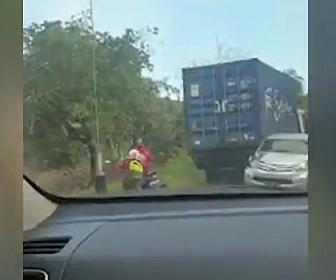 【事故】大型トラックのブレーキが故障し坂道をバックで暴走。バイクライダーが必死に逃げる衝撃映像