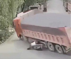 【衝撃事故】猛スピードの大型トラックがスクーターに激突しながら横転する衝撃映像