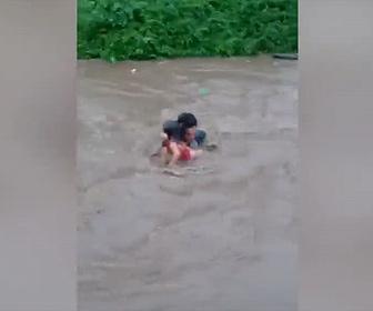【衝撃】嵐で増水した川に流される少女2人を男性が川に飛び込み助け出す衝撃映像