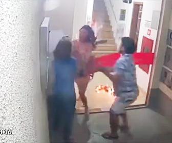 【衝撃】マンションの入り口から火だるまになった少女が飛び出てくる衝撃映像