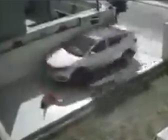 【事故】女性が門を開けようとするが車が暴走、門を突き破り女性をはね飛ばす衝撃映像