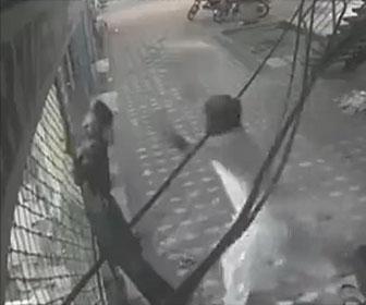 【衝撃】男性がシャッターを閉めが感電してしまい動けなくなり、友人が男性を引っ張って助けようとするが…